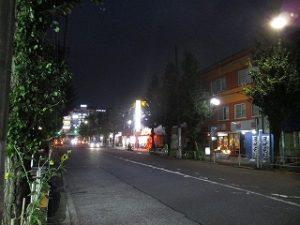 令和元年10月22日 夜のRoom'sBar前とちの木通りです