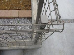 フェンスやブロック塀に傷や歪みがないか