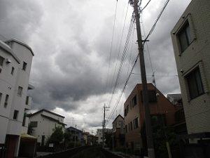 西に『どす黒い』雲が。。。