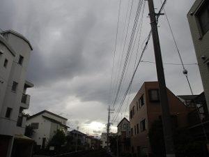 西の空には分厚い雲が。。。