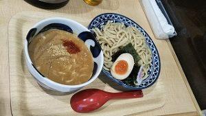 中川社長は太麺のごまつけ麺