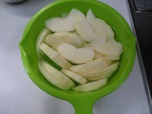 りんごは薄目に切って塩水に漬けます