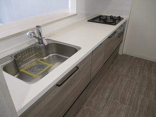 システムキッチンは3口ガスコンロ、グリル、食洗機付き