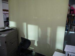 店内奥のロールカーテンまで反射したプリズム光線が届いちゃうので。。。