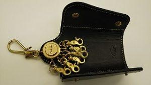 ホルダーの金具が広く開いて鍵を入れやすいです
